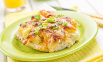 Курица с ананасами под сыром