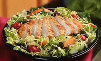 """Рецепт традиционного салата """"Цезарь"""" с курицей"""