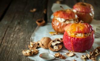 Печеные яблоки с грецкими орехами, изюмом и медом