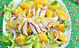 Салат из курицы с апельсином и виноградом