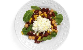 Фасоль, нут и кукуруза с зерненым творогом и мятой