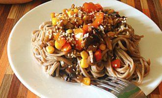 Паста с грибами, кукурузой и болгарскими перцами