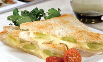 Горячий бутерброд с сыром бри и виноградом