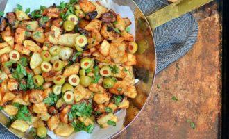 Жареный картофель с оливками и лимоном