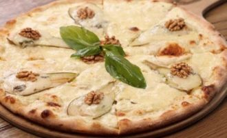 Пицца с сыром и грушей
