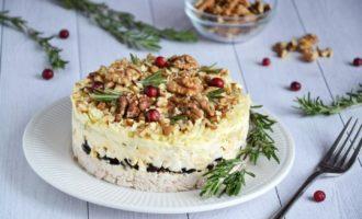 Новогодний салат «Курица, чернослив и грецкие орехи»