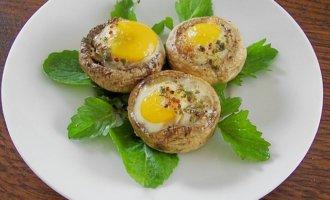 Рецепт запеченных шампиньонов с перепелиным яйцом