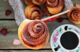 Слоеные булочки с корицей и медом