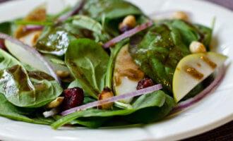 Салат из шпината с грушей и авокадо