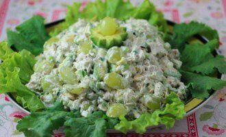 Летний салат с ветчиной и виноградом