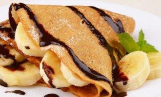 Блины на кефире с бананом, шоколадной пастой и фисташками