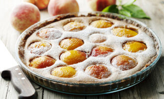 Клафути с абрикосами и персиками