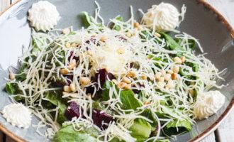 Салат из свеклы с соусом песто