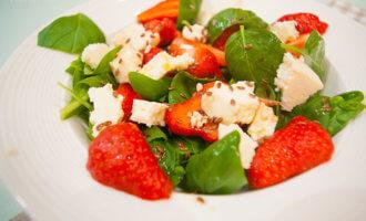 Летний салат с клубникой и помидорами