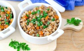Пшеничная каша с капустой и морковью