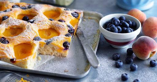 Летний пирог с абрикосами и черникой