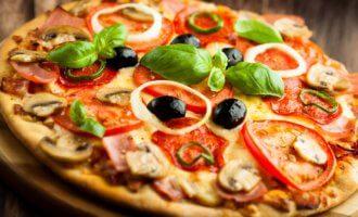 Итальянская пицца с ветчиной, сыром и грибами
