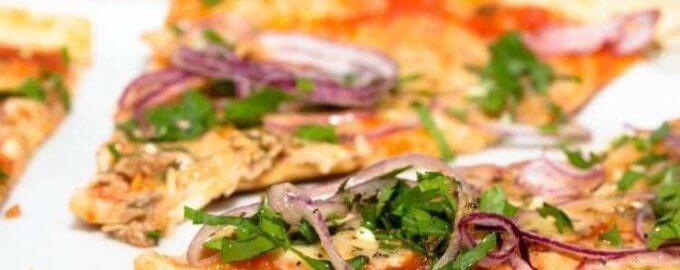 Пицца с консервированным тунцом и луком