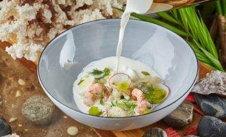 Окрошка с морепродуктами, копченой треской и овощами