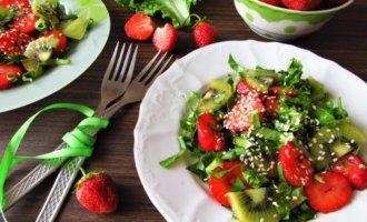 Салат из клубники и киви