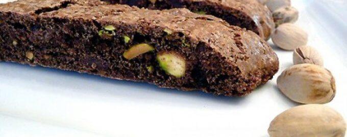Шоколадное печенье с вишней и фисташками
