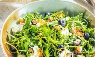Салат с голубикой, миндалем и заправкой из творога и сливок