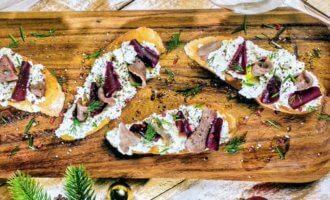 Бутерброды с мягким сыром, языком и маринованной свеклой
