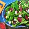 Салат с печеной свеклой, шпинатом, кешью и сыром