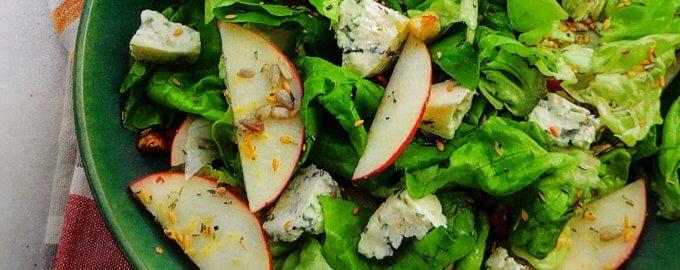 Салат с клюквой, яблоком и голубым сыром
