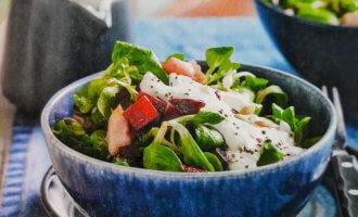 Хрустящий салат с копченой скумбрией