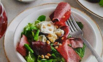 Салат с говядиной свеклой и сыром