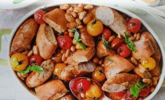 Запеченные колбаски с фасолью