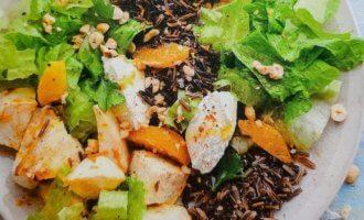 Теплый салат с диким рисом, сельдереем и рикоттой