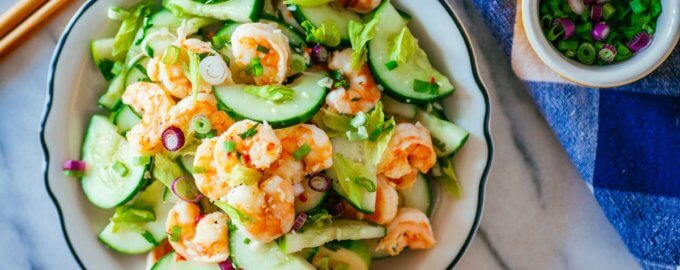 Салат из битых огурцов с морепродуктами