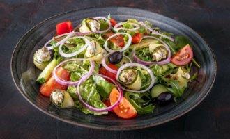 Греческий салат с цукини