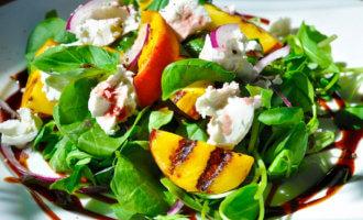 Салат с рукколой и персиками