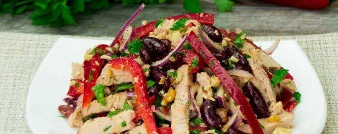 Салат с курицей, фасолью и грецкими орехами