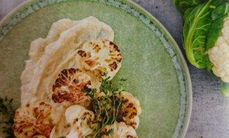 Обжаренная цветная капуста с соусом из лука-порея