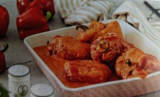 Перец, фаршированный бедром индейки, в томатном соусе