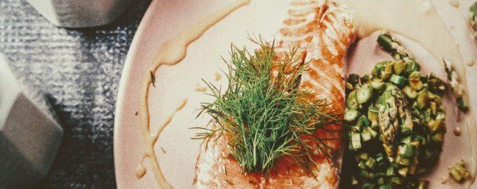 Лосось с ризотто из свежей спаржи и сливочно-устричным соусом